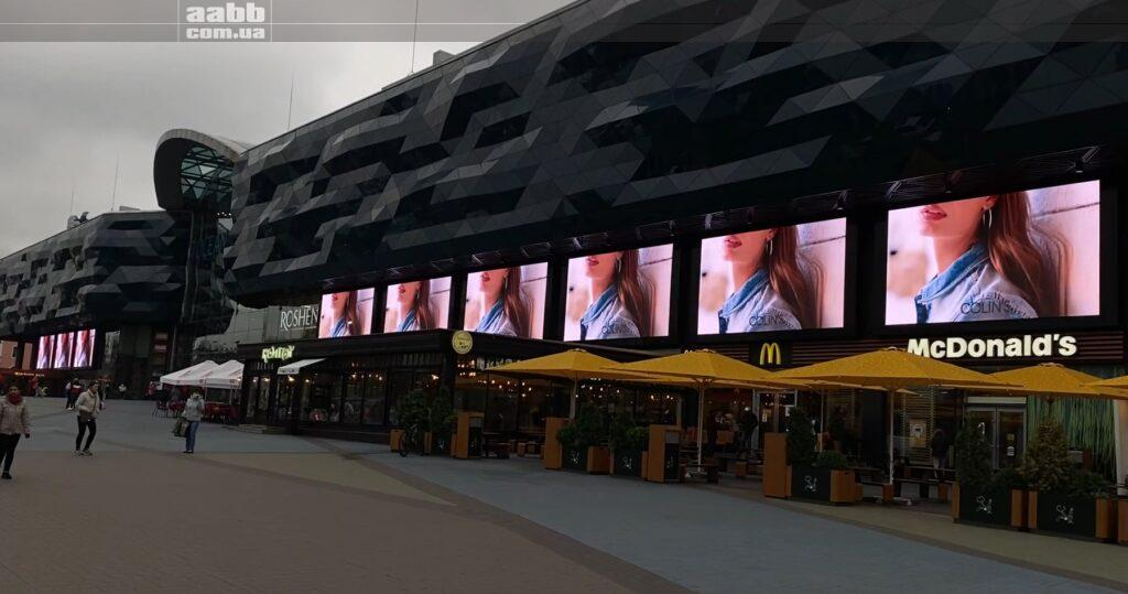 Реклама Colins на медіафасаді ТРЦ Ocean Plaza