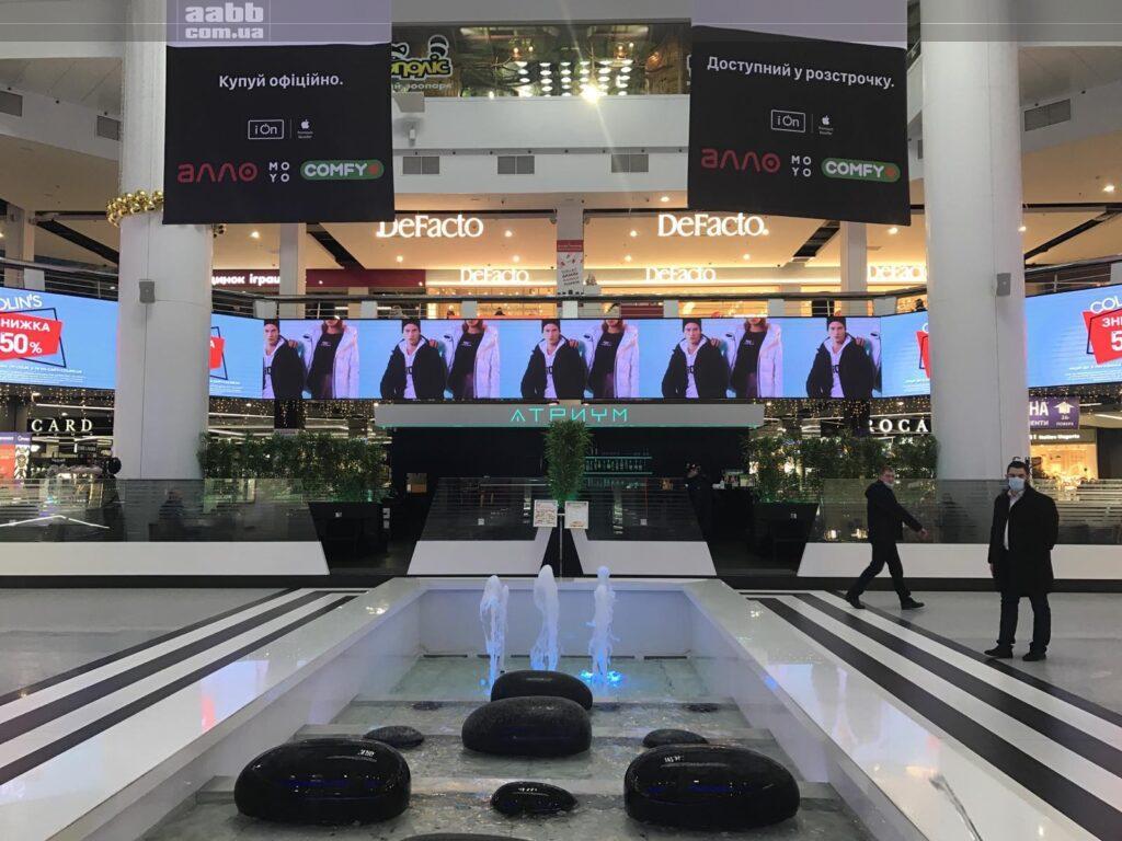 Реклама Colins на внутрішньому медіафасаді ТРК Мост-сіті, Дніпро 2020