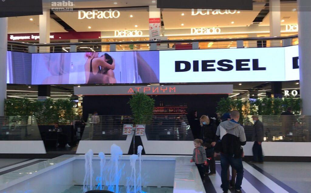 Реклама Diesel на внутрішньому медіафасаді ТРК Мост-сіті