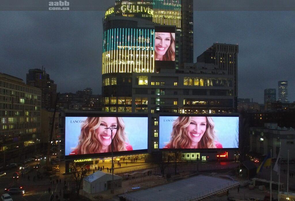 Реклама Lancome на медіафасаді ТРЦ Gulliver