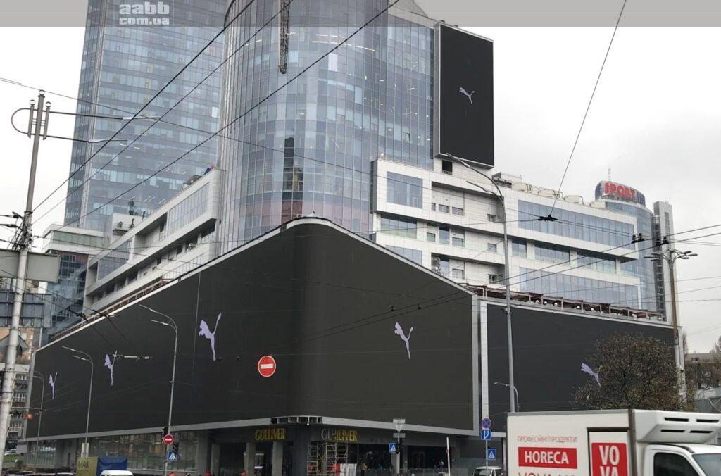 Реклама Puma на медіафасаді ТРЦ Gulliver