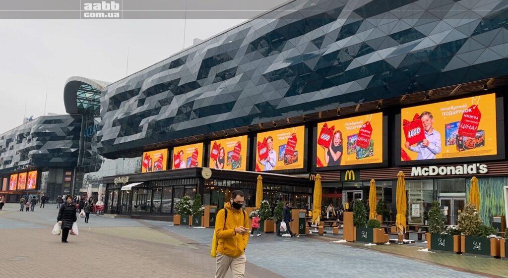 Реклама Лего на медіафасаді ТРЦ Ocean Plaza