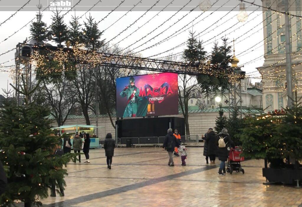 Реклама шоу Маска на відеоекрані на Софійські площі в період новорічних свят