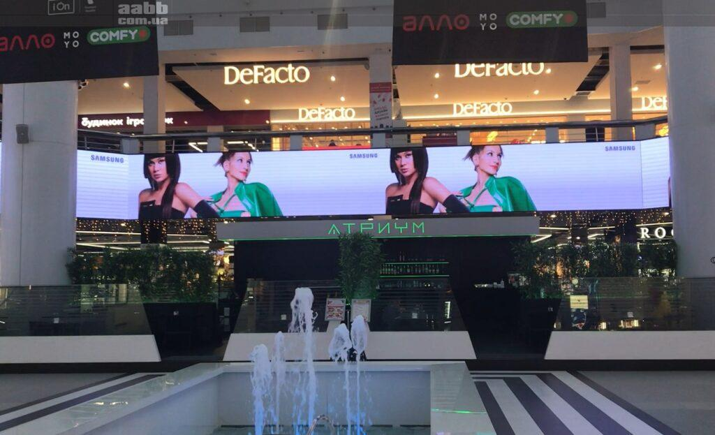Реклама Samsung на внутрішньому медіафасаді ТРК Мост-сіті.