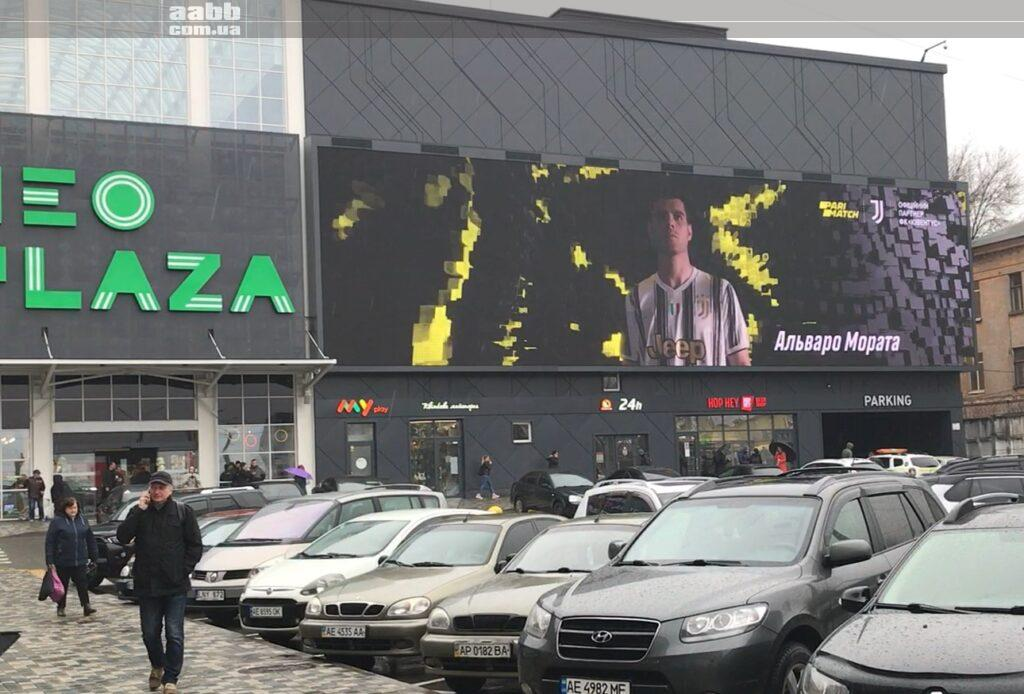 Реклама Parimatch на медіафасаді ТРЦ Neo Plaza