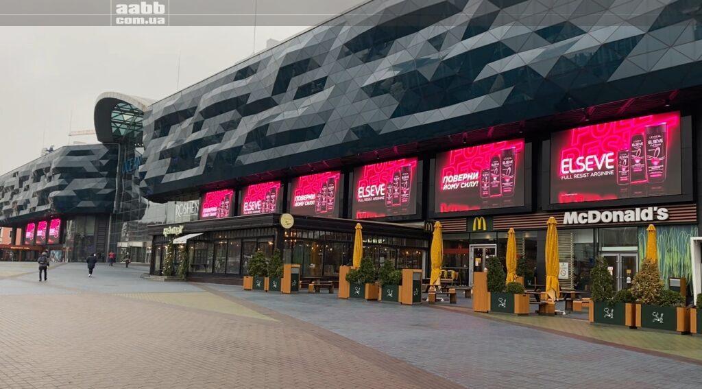 Реклама Elseve на медіафасаді ТРЦ Ocean Plaza
