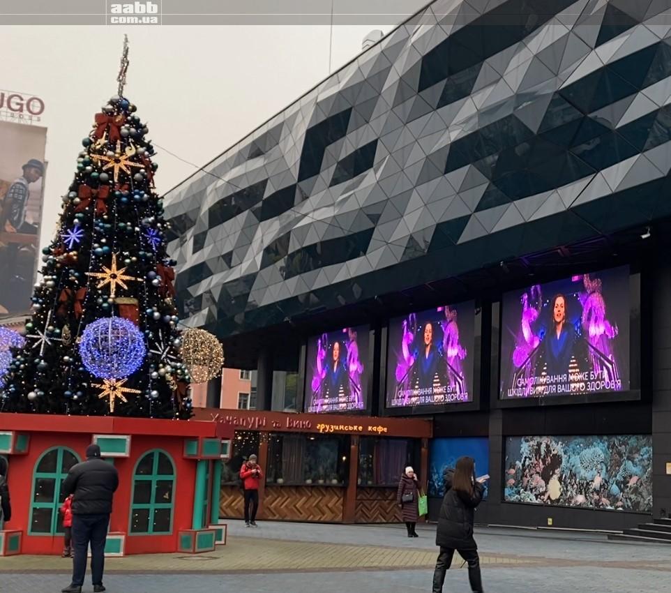 Реклама Juwederm на медіафасаді ТРЦ Ocean Plaza