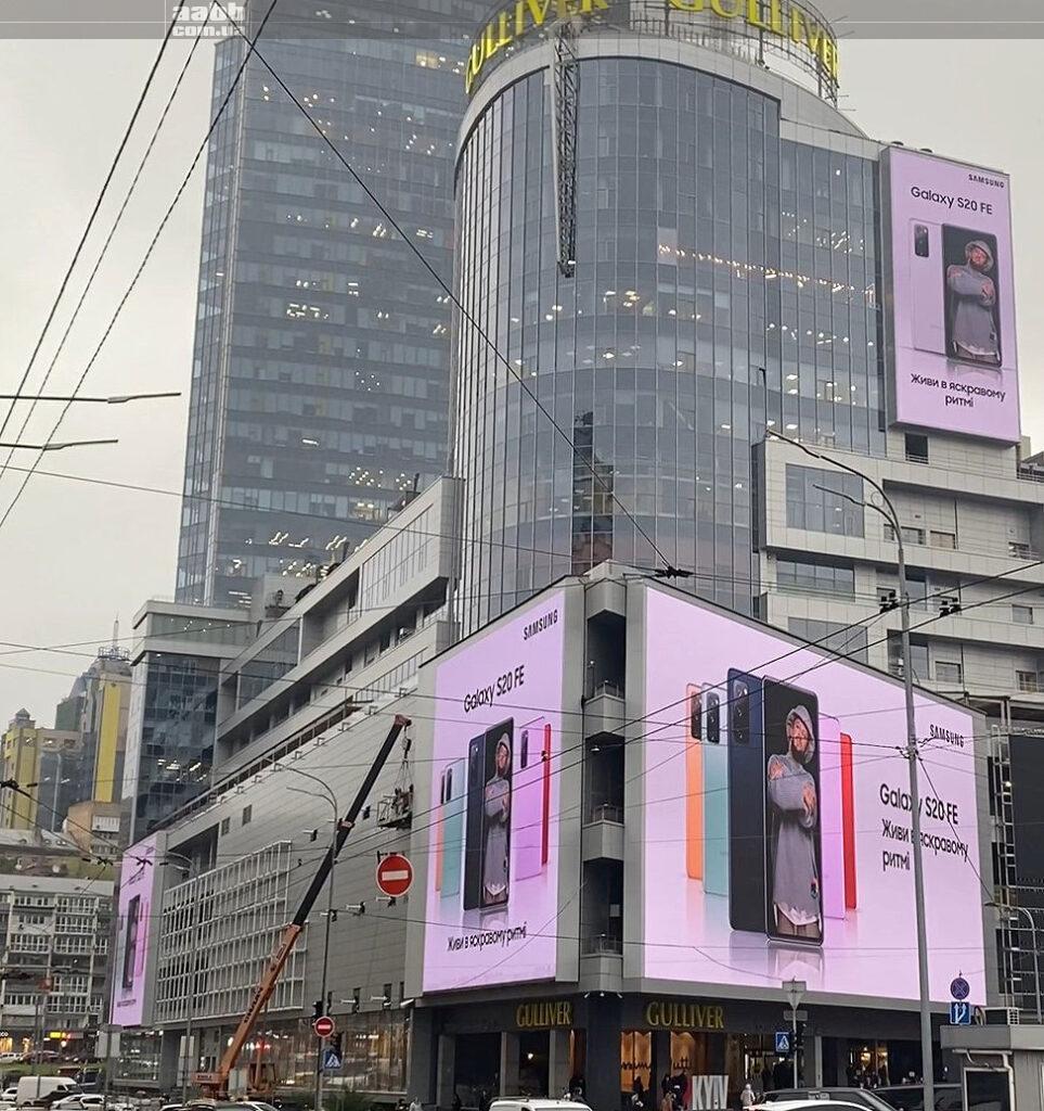 Реклама Samsung на медіафасаді ТРЦ Гулівер 2020