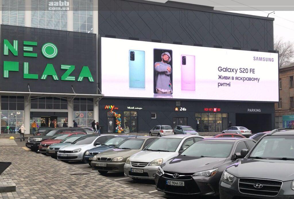 Реклама Samsung на медіафасаді ТРЦ Neo Plaza