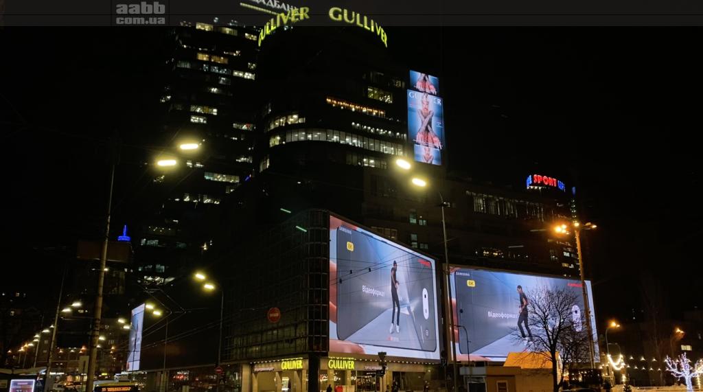 Реклама Samsung на медіафасаді ТРЦ Gulliver