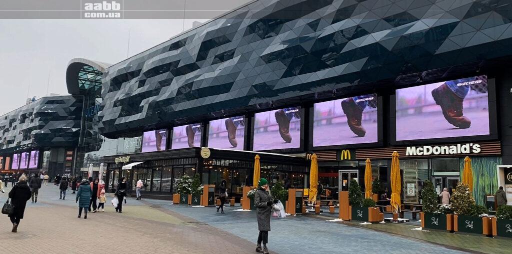Розміщення реклами Skechers на медіафасаді ТРЦ Ocean Plaza