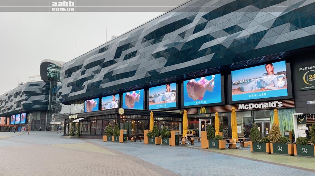 Реклама Versache на медіафасаді ТРЦ Ocean Plaza