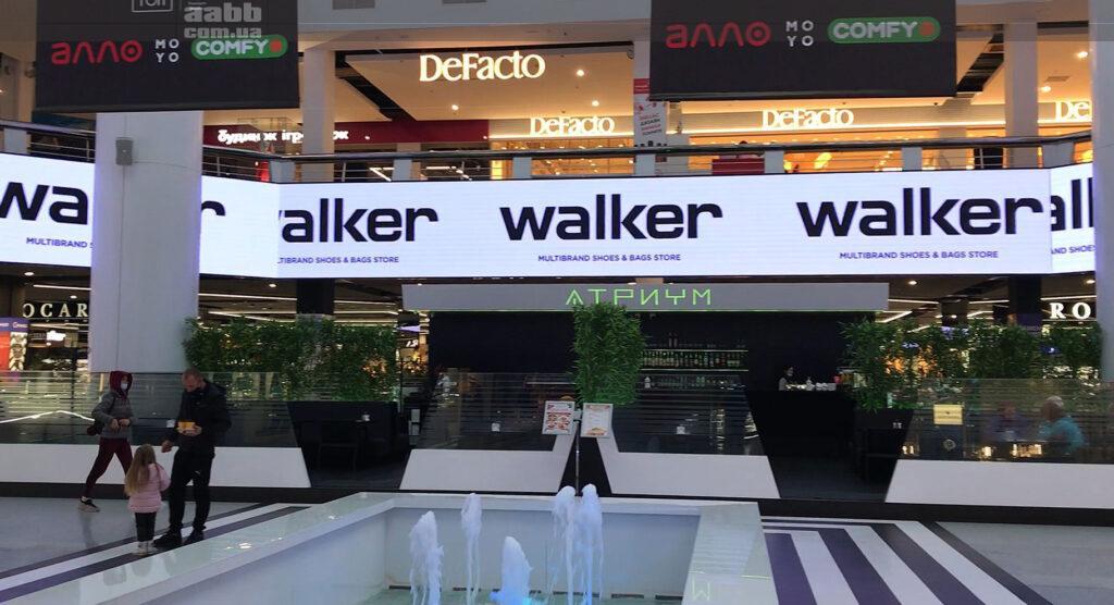 Реклама Walker на внутрішньому медіафасаді ТРК Мост-сіті